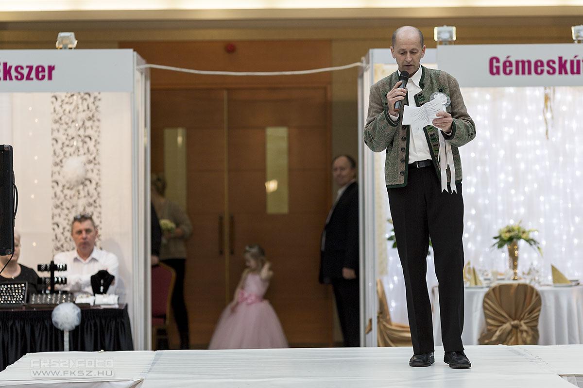 Például műsort vezet (Titz Tibor) egy esküvő kiállításon, feltéve, ha népszerű : )